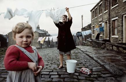 John Bulmer Donna che stende il bucato Per il Sunday Times Magazine, Liverpool, 1965 © John Bulmer