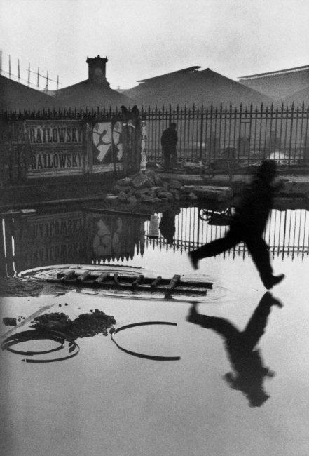 Place de l'Europe, Stazione Saint Lazare, Parigi, Francia 1932 © Henri Cartier-Bresson / Magnum Photos