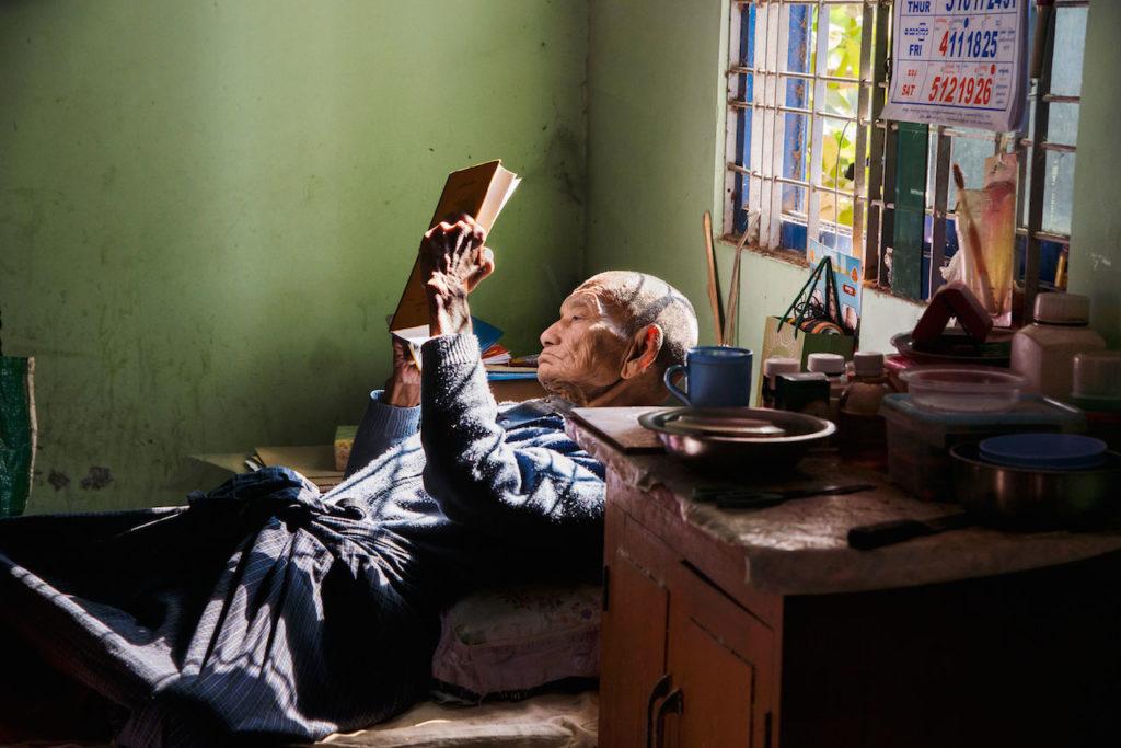 steve mccurry uomo legge libro sdraiato sul letto mostra torino