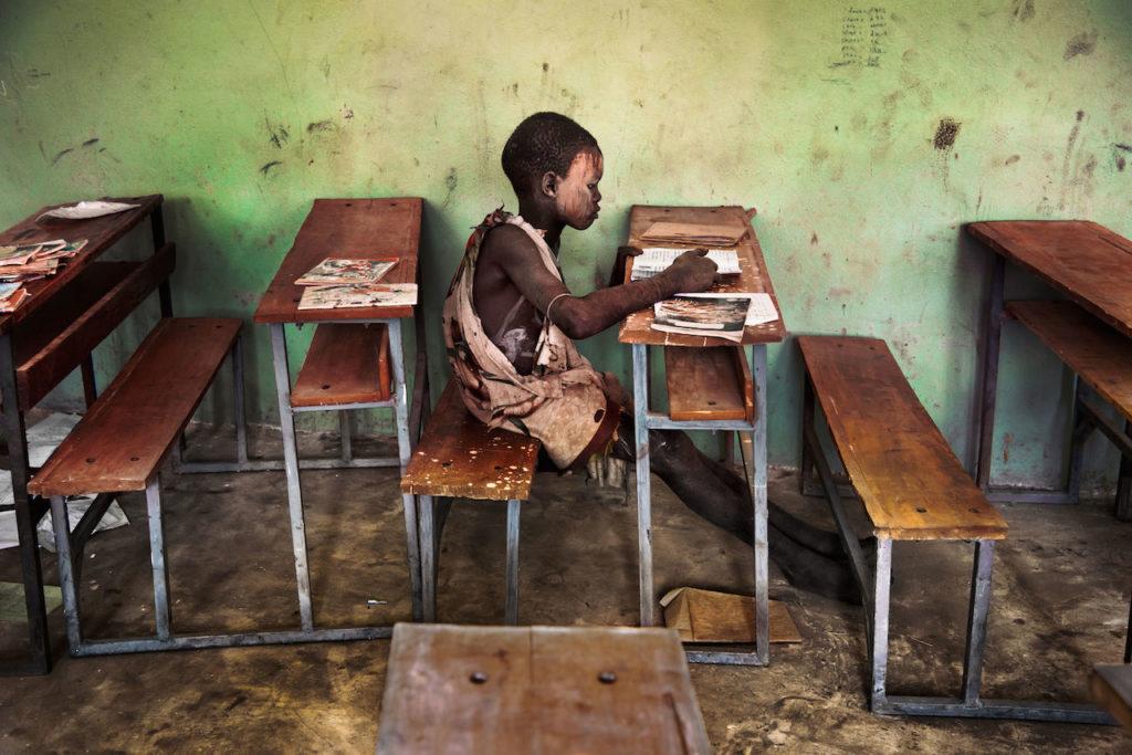 steve mccurry ragazzino etiope legge libro in classe mostra torino