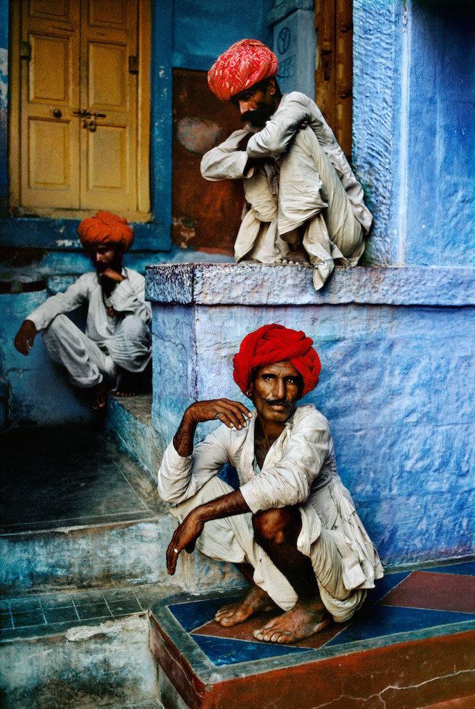 uomo turbante su muro blu steve mccuryy mostra torino