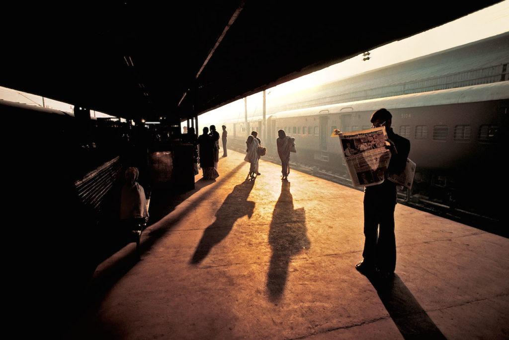 steve mccurry foto uomo legge giornale in stazione mostra torino