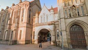"""Uniwersytet w Manchesterze odradza używanie słów """"matka"""" i """"ojciec"""""""