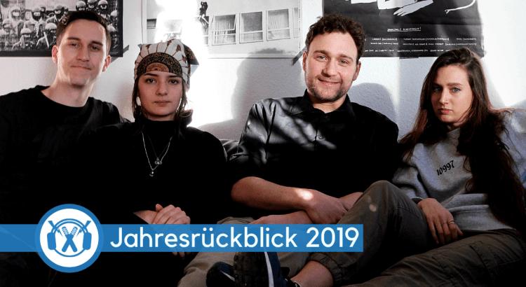 Tobias Wilinski, Naima Limdighri, Fionn Birr und Zina Luckow sitzen auf einer Couch und sehen dabei verdammt gut aus.