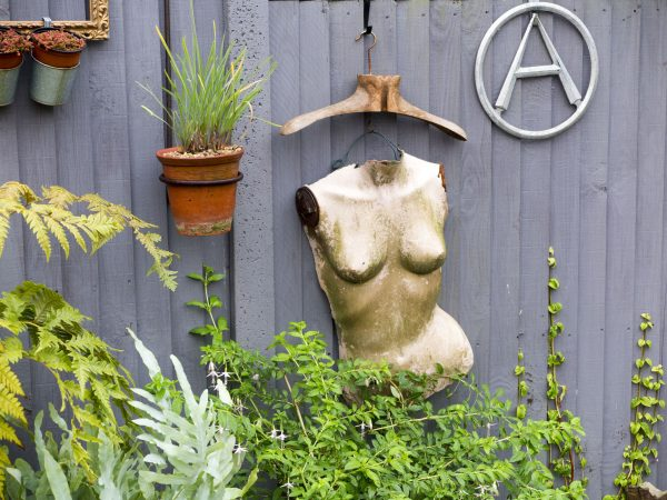 Hang vintage finds on the fence