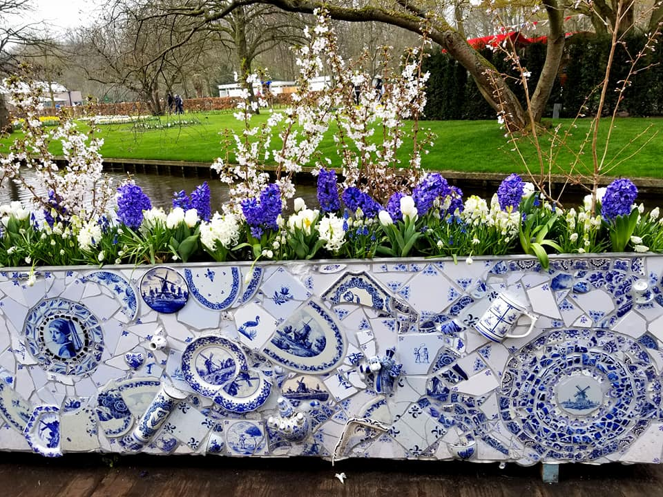 Large planter at Keukenhof designed in traditional white and blue delft style