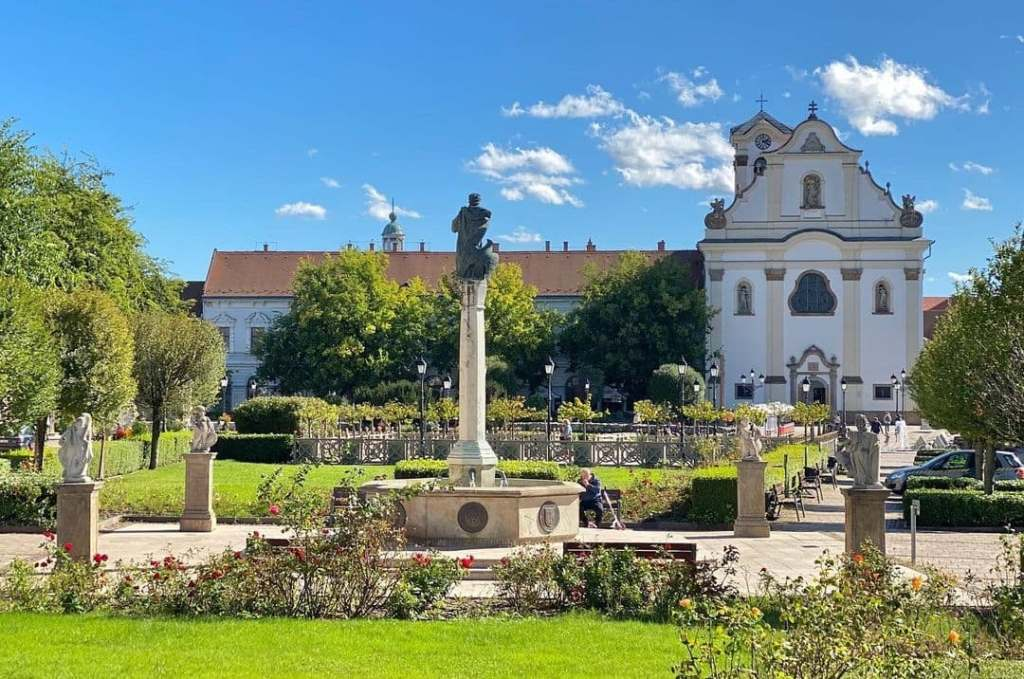 Green town square in Vac, Hungary, a great option for a day trip from Budapest.