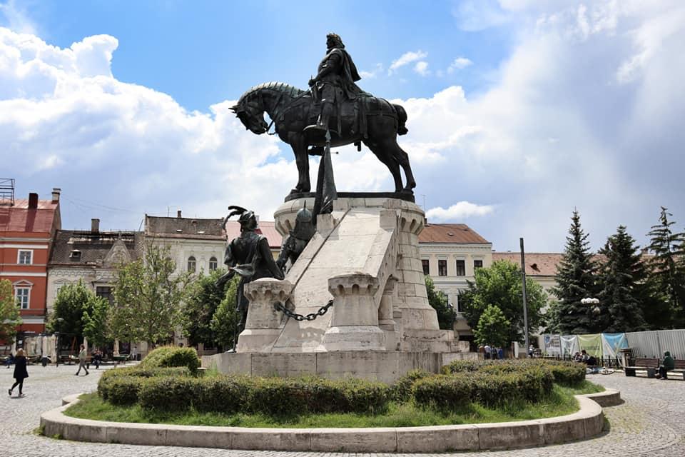Large statue of Matthias Corvinus in Piata Unirii, Cluj-Napoca, Romania.