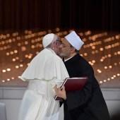 Los líderes de dos de las religiones más importantes del mundo, el catolicismo y el islamismo, han sellado un pacto global de paz con un beso