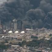 Horas después de que las explosiones sacudieran una planta química de Texas, un incendio químico continúa ardiendo…