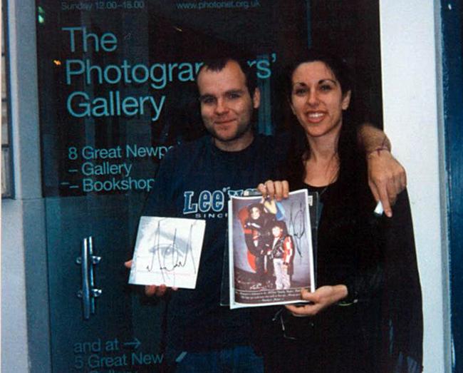 Books the mjcast quieres que te lo firme toni y laura con los autgrafos que michael les hizo en londres 2002 fandeluxe Image collections