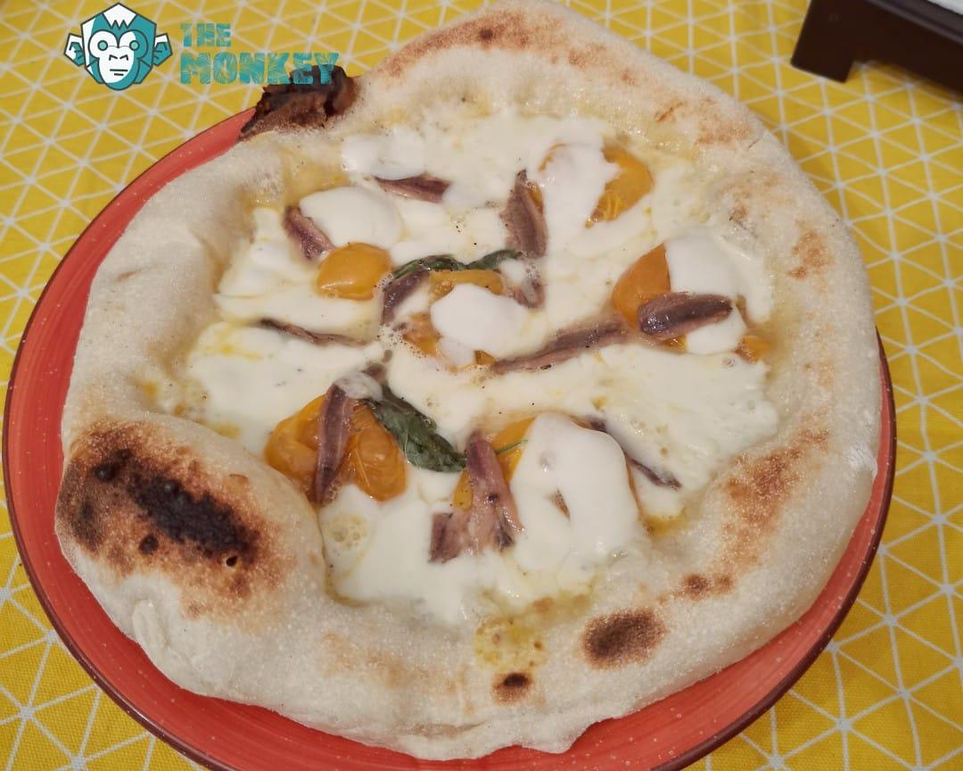 Pizza fiordilatte, acciughe, pomodorino giallo del Vesuvio, basilico e provolone