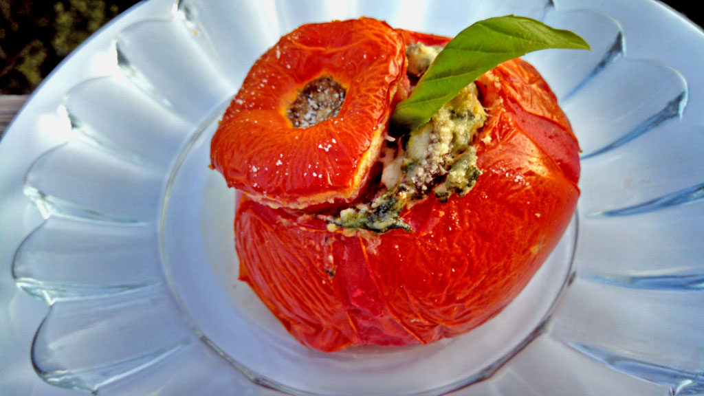 These vegetarian stuffed tomatoes are so yummy! Beefsteak tomatoes stuffed with mushrooms, spinach and ricotta cheese, served with a fresh dijon dressing.   TheMountainKitchen.com