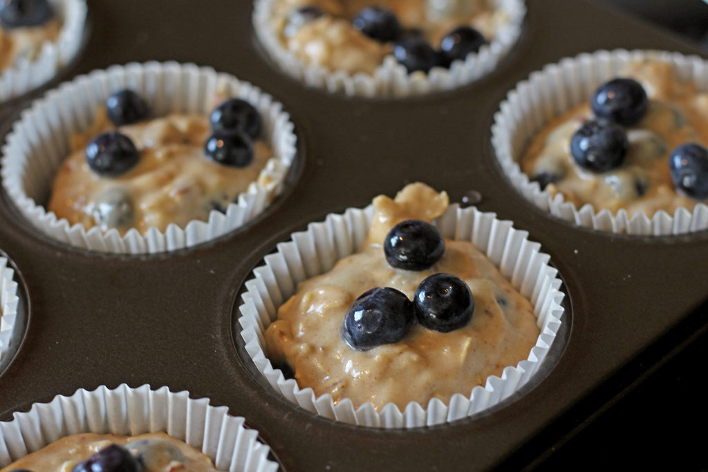 Hearty blueberry oatmeal muffins with chewy whole grain oats, juicy blueberries and warm cinnamon and refreshing orange flavor.   TheMountainKitchen.com