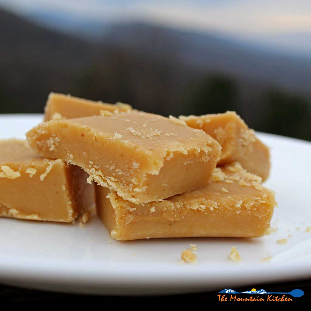 With only a few simple ingredients you can make rich, smooth and creamy melt in your mouth peanut butter fudge. Simply delicious fudge in minutes! | TheMountainKitchen.com