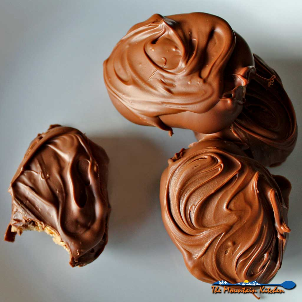 Decadent, quick and easy to make, these Peanut butter eggs are made using only 5 ingredients, making them the best no-bake Easter treat ever! If you love the irresistible chocolate and peanut butter combination, you will love these dense, peanut-buttery confections dipped in chocolate. | TheMountainKitchen.com
