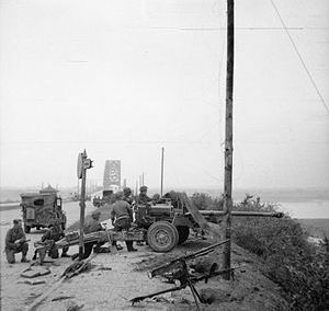 English: IWM caption : 17-pdr anti-tank gun of...