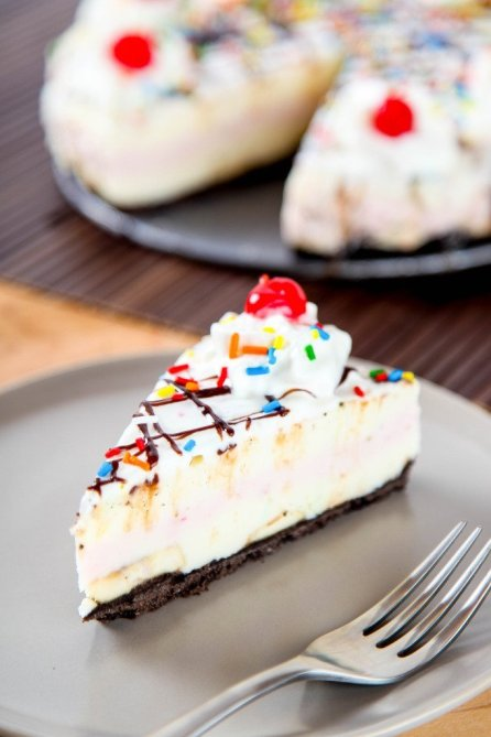 Banana split cheesecake - nobake desserts roundup