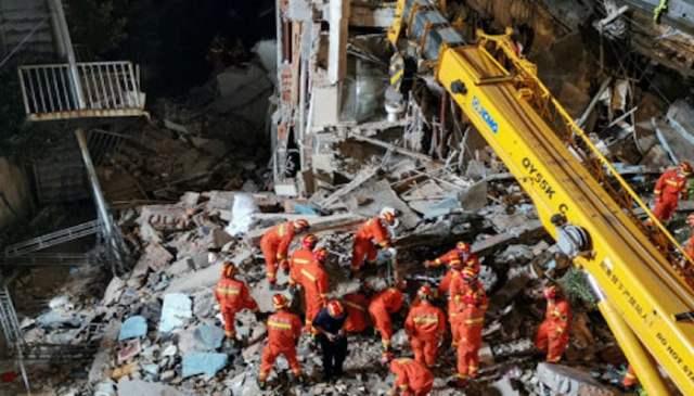 12 جولائی 2021 کو لی گئی اس تصویر میں امدادی کارکنوں کو دکھایا گیا ہے کہ وہ چین کے مشرقی جیانگسو صوبے کے شہر سوزو میں کم سے کم 17 افراد کی ہلاکت میں گرنے کے بعد ایک ہوٹل کے مقام پر تلاش کررہے ہیں۔  فوٹو: اے ایف پی