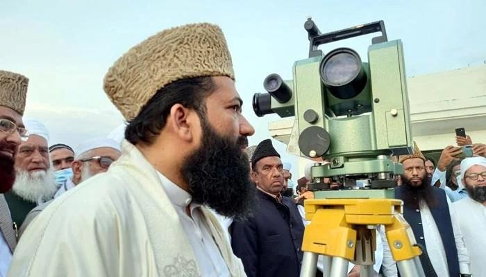 Chairman Central Ruet-e-Hilal Committee, Maulana Abdul Khabir Azad, sighting the Ramadan moon, on the rooftop of Auqaf Hall, Peshawar, April 13, 2021. — PPI/File