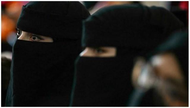 طالبان یہ بھی حکم دیتے ہیں کہ طالبہ کو صرف دوسری خواتین یا اچھے کردار کے بوڑھے مرد ہی سکھائیں۔  - اے ایف پی