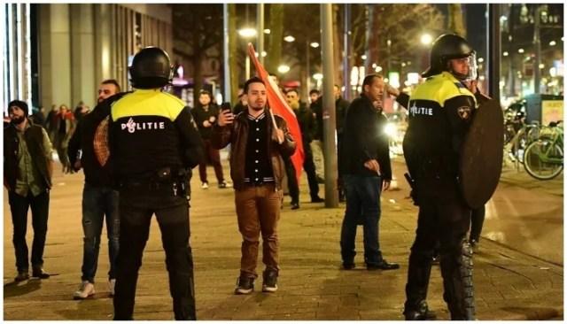 پولیس نے احتجاج کو توڑ دیا جو ڈچ حکام نے 12 مارچ 2017 کے اوائل میں روٹرڈیم میں ترک وزراء کو آنے سے روک دیا۔