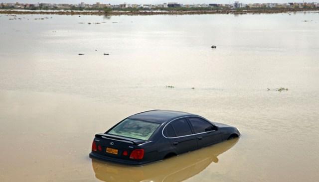 4 اکتوبر 2021 کو عمان کے شمالی قصبے المسنا میں اشنکٹبندیی طوفان شاہین کے نتیجے میں گاڑیاں سیلاب زدہ گلی سے گزر رہی ہیں۔-اے ایف پی