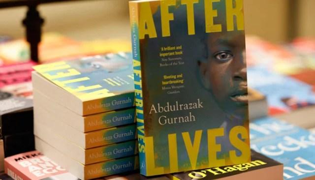 تنزانیہ میں پیدا ہونے والے ناول نگار عبدالرازق گرنہ کے بعد کی زندگی کی کاپیاں 7 اکتوبر 2021 کو وسطی لندن میں واٹر اسٹونز بک شاپ پر آویزاں ہیں۔