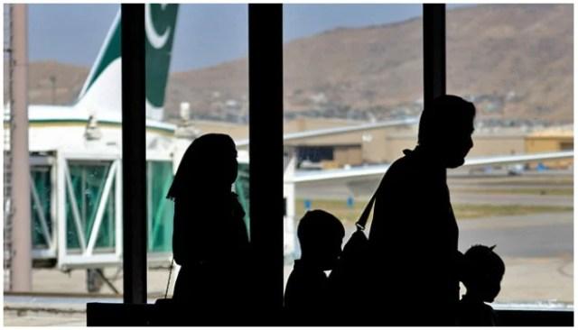 مسافر 13 ستمبر 2021 کو کابل ، افغانستان کے ہوائی اڈے پر پاکستان انٹرنیشنل ایئرلائن کے طیارے میں سوار ہونے کے لیے روانہ ہوئے۔ (اے ایف پی/فائل)