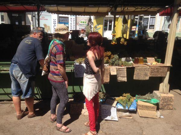 Fresh herbs in a Bulgarian market - how to be vegan in Bulgaria