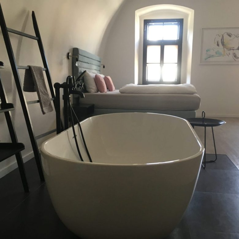Bathtub in a hostel room Olomouc