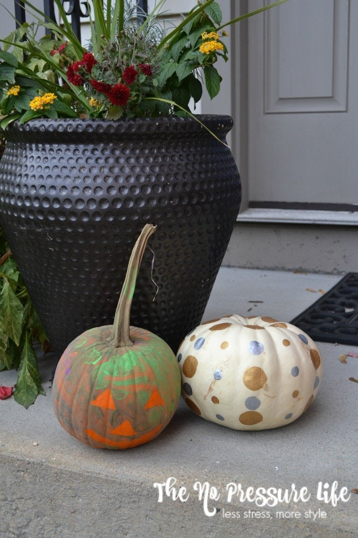 These no-carve pumpkin decorating ideas for kids are so fast! Perfect for last-minute Halloween decorating. Get the how-to at www.thenopressurelife.com.