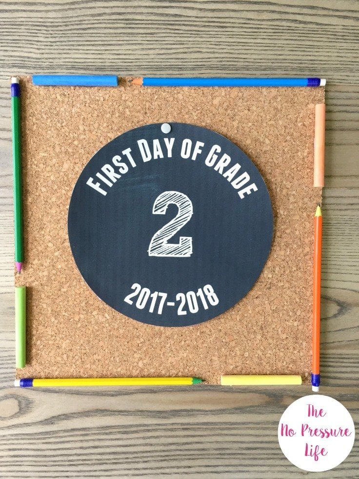 This is such an easy and cute DIY back to school photo prop! Plus, get free printable first day of school signs for the 2017-2018 school year.