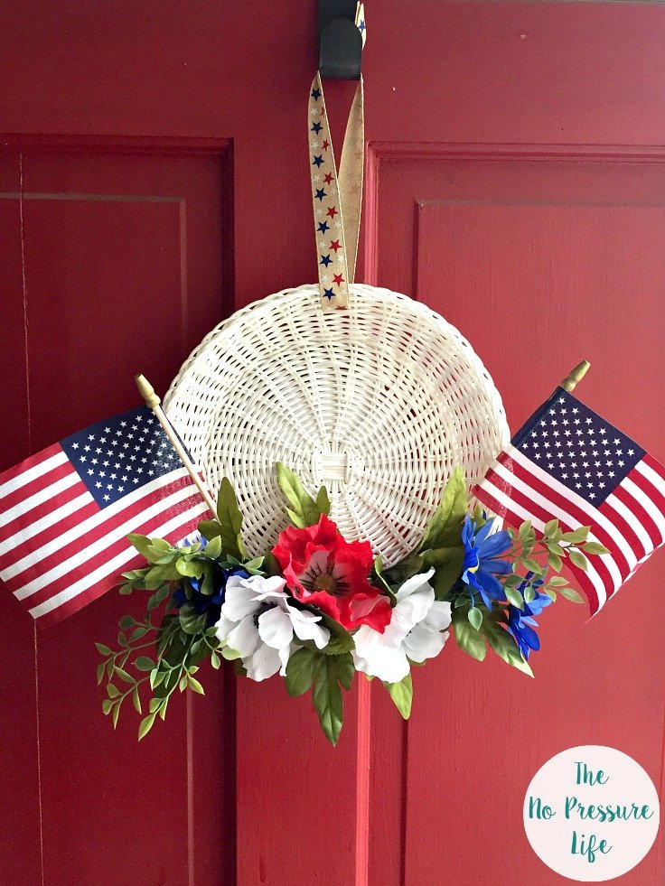 How to make a 4th of July wreath - Patriotic wreath with flags on a red door