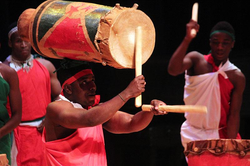 Burundian+drummer+performs+while+balancing+a+drum+on+his+head+%0A