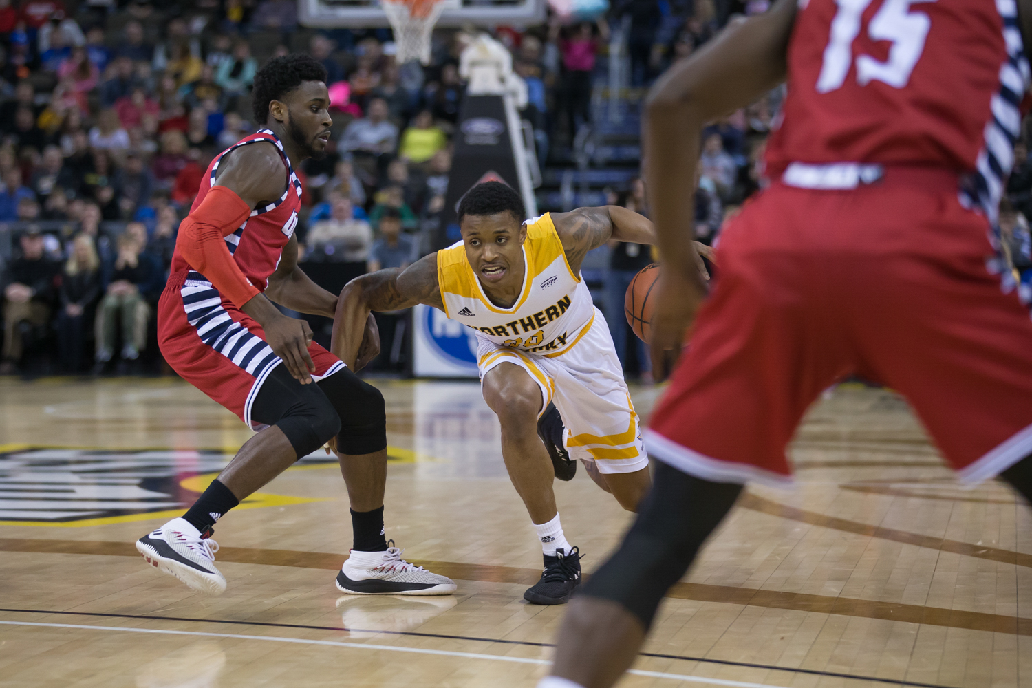 Lavone Holland II (30) fights toward the basket in the game against UIC.