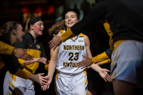 Women's basketball ends losing streak against Flames