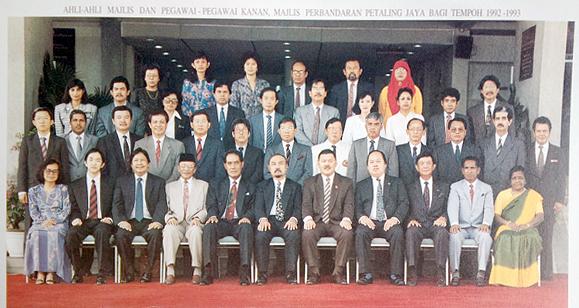 The MBPJ councillors of 1992 counted amongst them Soh Chee Wen (2nd from left, front row), Lee Hwa Beng (5th from left, 2nd row from the front), and Datuk Seri Anwar Ibrahim's father Datuk Ibrahim Abdul Rahman (4th from left, front row).