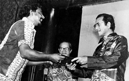 Nades receiving the Journalist of the Year Award from former Prime Minister Tun Dr Mahathir Mohamad in 1982