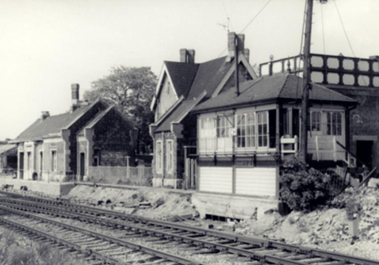 La femme en noir et le mystère des enfants du chemin de fer de Charfield