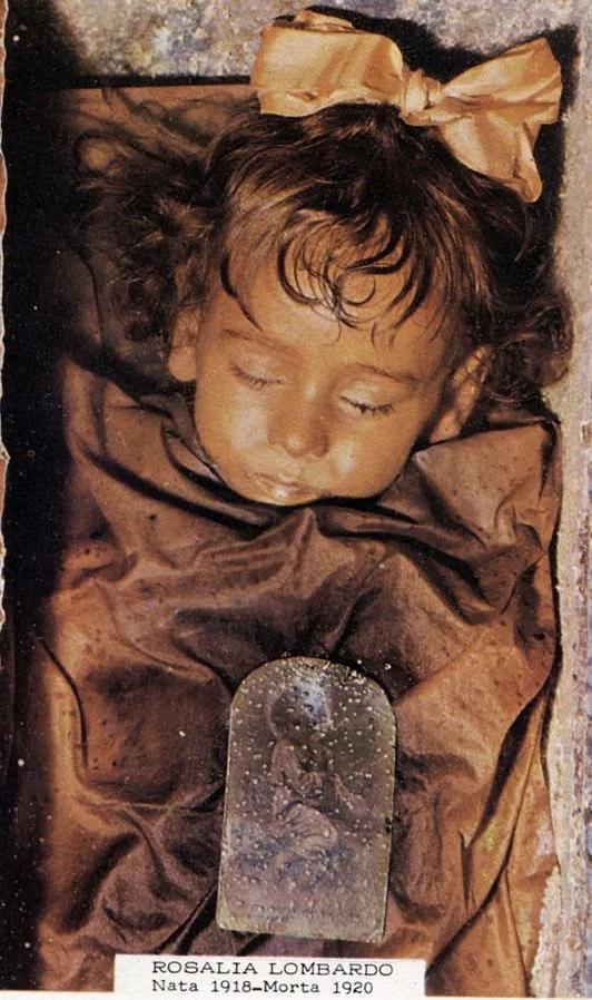 Belle au bois dormant: les cadavres momifiés macabres du Catacombe dei Cappuccini