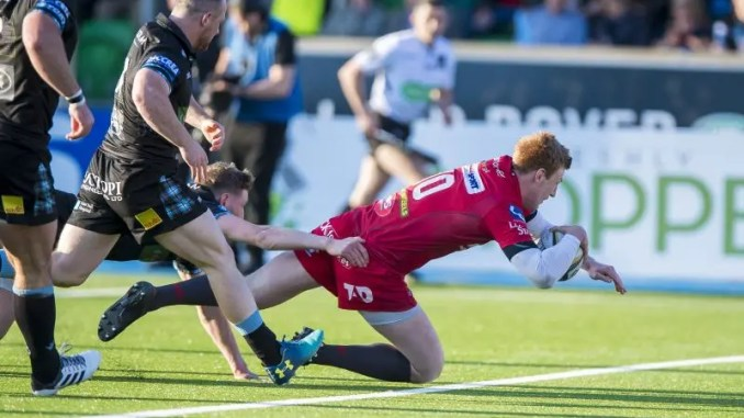 Rhys Patchell scores for Scarlets.