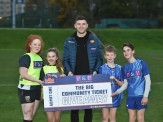 Blair Kinghorn helps promote Principal & Prosper' s 'Big Ticket Giveaway' with pupils from Leith Academy. Image: Paul Devlin / SNS Group / SRU
