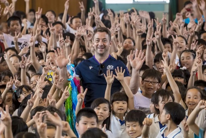 """Greig Laidlaw, or """"Mr Greig"""" as his huge contingent of fans in Japan called him, on a visit to Meishin Elementary School in Kobe. Image: © Craig Watson – www.craigwatson.co.uk"""