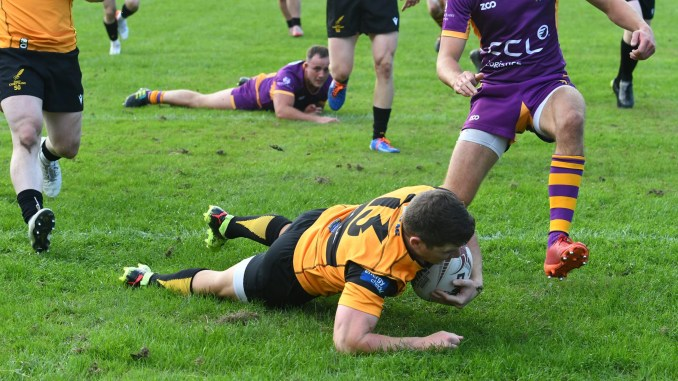Ryan Southern leaves a trail of defenders in his wake for the bonus point try. Image: Ian Gidney