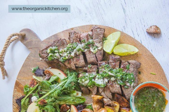 Un gros plan du steak sur le steak Chimichurri, la pomme de terre et la salade