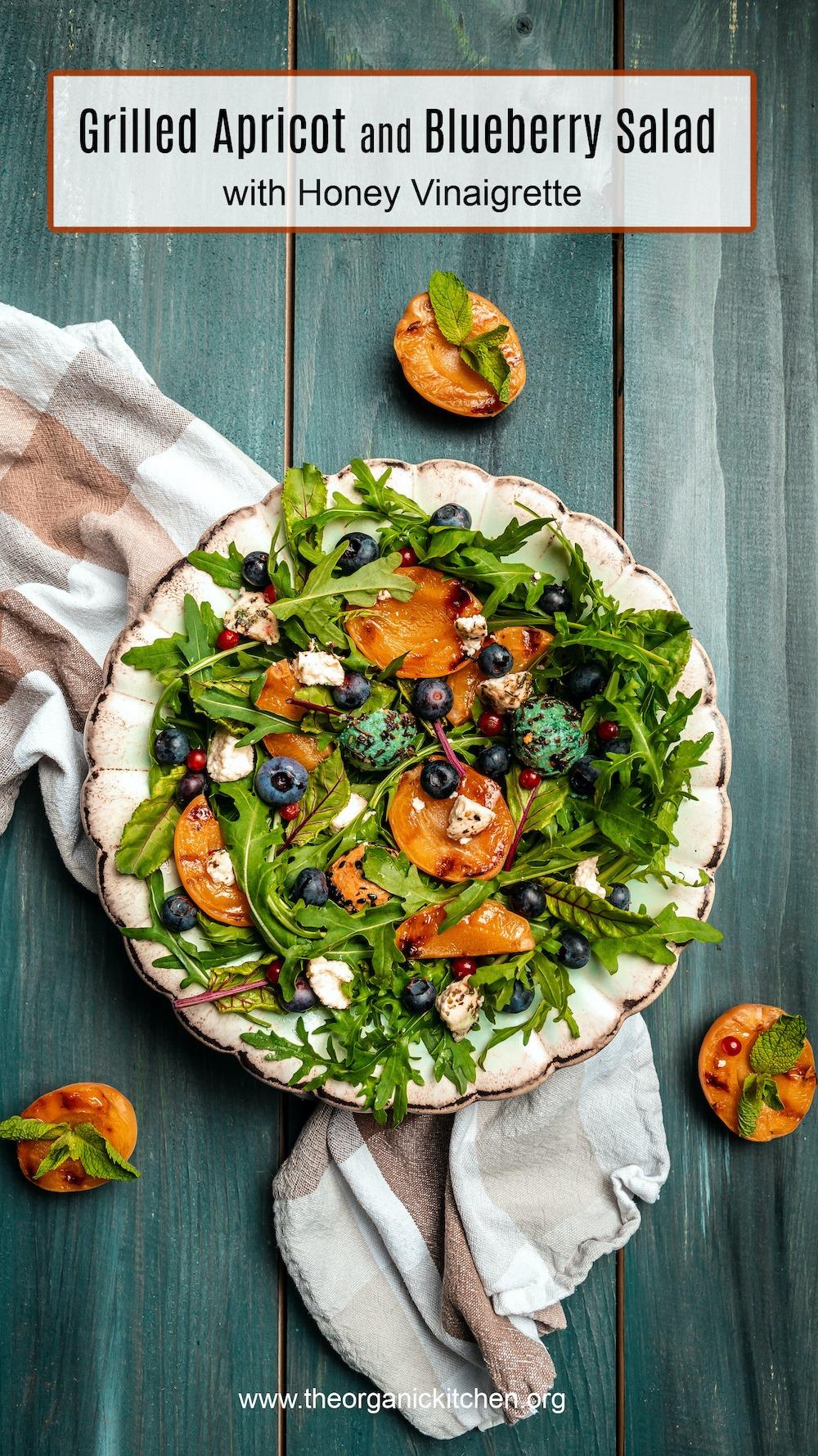 Salade d'abricots et de bleuets grillés sur plaque blanche sur fond bleu