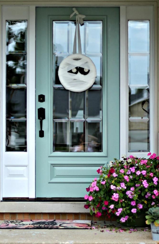 mummy-wreath-front-door