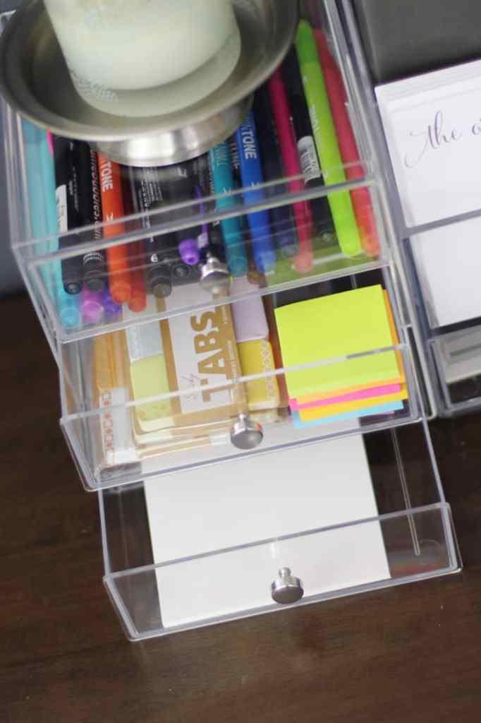Keeping your desk space organized, doesn't have to be tricky. Follow these 6 quick and easy desk organization ideas from a professional organizer! #deskorganization #organized