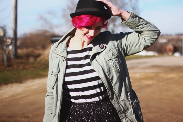 striped-tee-black-skirt-pattern-mixing-outfit-03